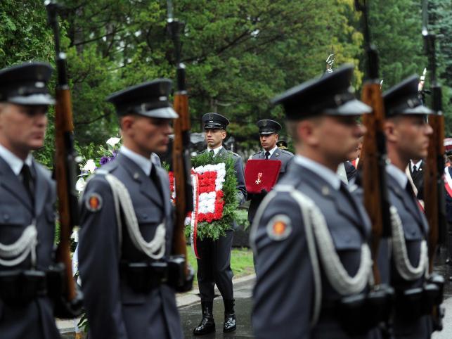 Ceremonia pożegnalna kpt. Marka Szufy, który zginął w wypadku samolotowym 18 czerwca podczas V Płockiego Pikniku Lotniczego, na Cmentarzu Wojskowym na Powązkach