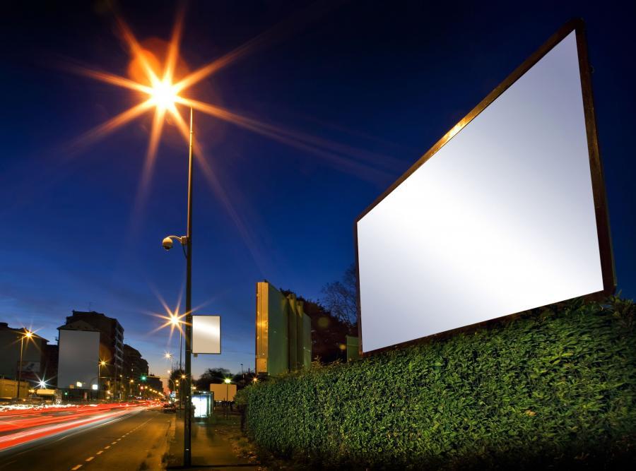 Pusty billboard przy ulicy