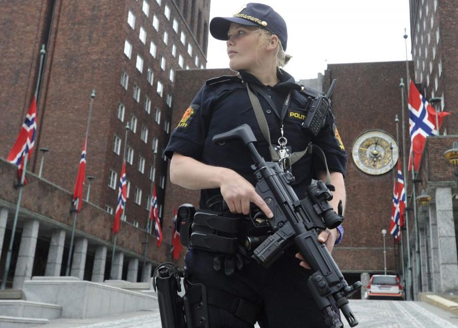 Ewakuacja terenu w pobliżu miejsca zamachu w Oslo
