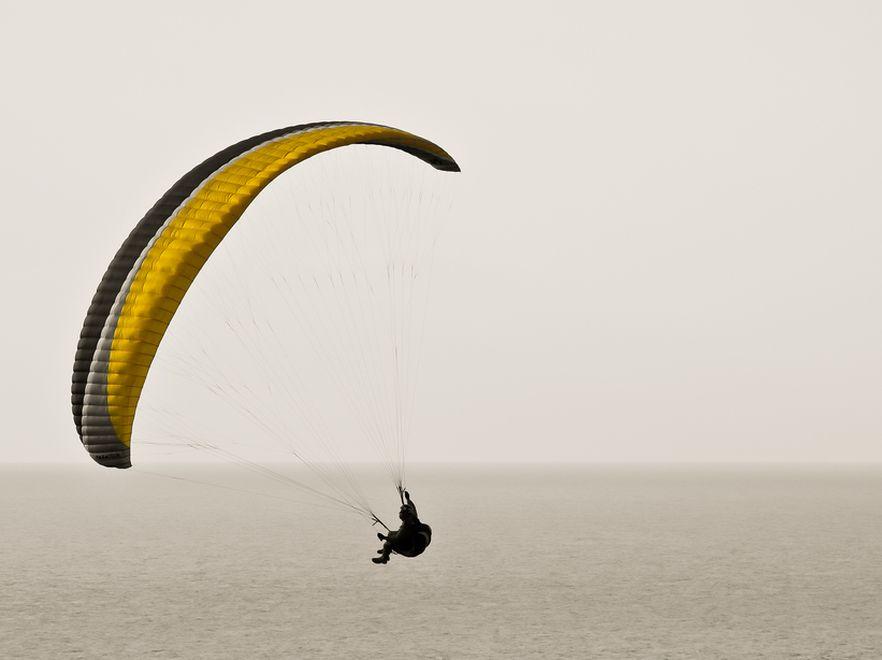 Paralotniarz wylądował bezpiecznie na linii wysokiego napięcia