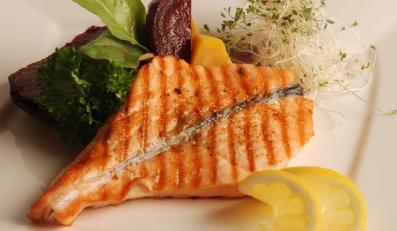 Grilluj na zdrowie: stek z łososia na sałatce z młodych buraczków