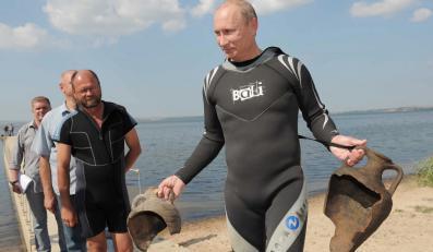 Władimir Putin z własnoręcznie wydobytymi amforami