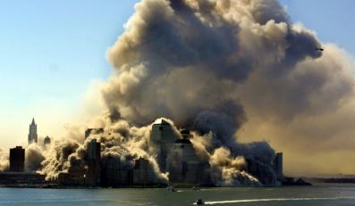 Widok z rzeki Hudson na dwie wieże World Trade Center, zapadające się w wyniku zamachu terrorystycznego