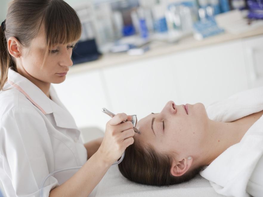 Intraceuticals Opulence - zabieg ukochany przez gwiazdy Hollywood. Na zdjęciu kosmetolog z kliniki SkinClinic Medical Day SPA.