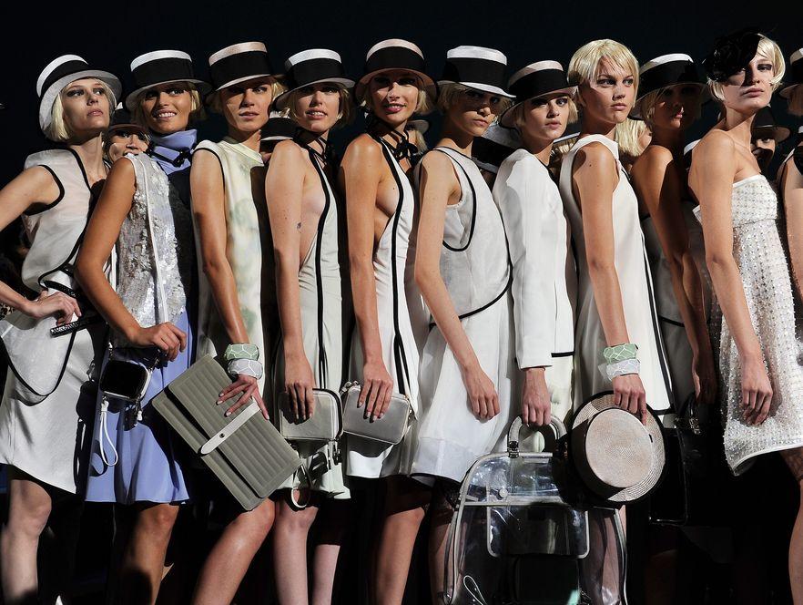 Klasyczny kapelusz w kolekcji Emporio Armani na wiosnę-lato 2012