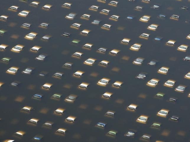 Zatopione samochody na terenie fabryki Honda Motors w prowincji Ayutthaya