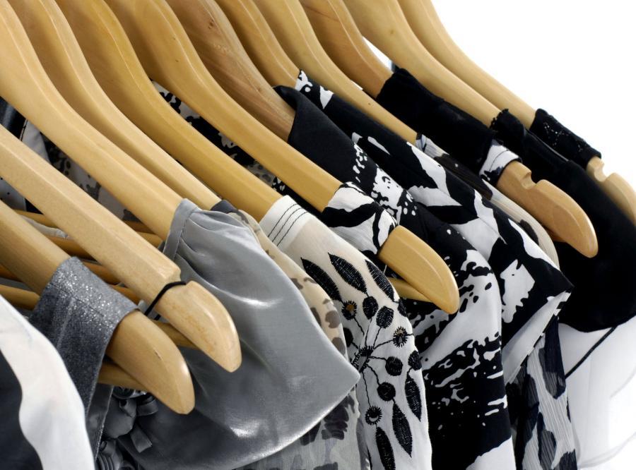 Sukienki na wieszakach w sklepie