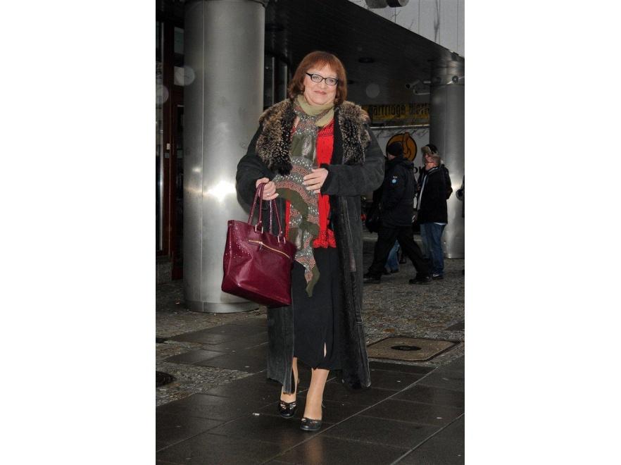 Posłanka Anna Grodzka wychodzi ze studnia DDTVN.