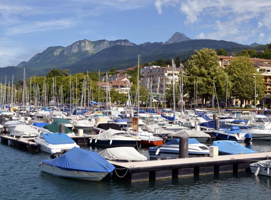 Evian-les-Bains słynie z pięknych widoków, tras narciarskich i cudownej wody