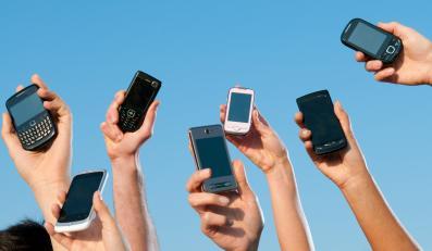 Telefony komórkowe w dłoniach