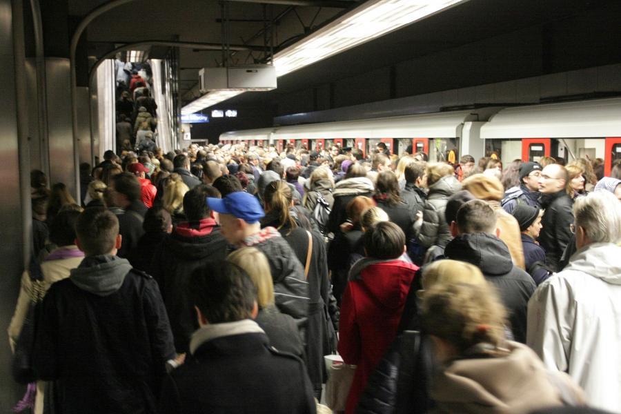 Tłum na stacji metra Świętokrzyska
