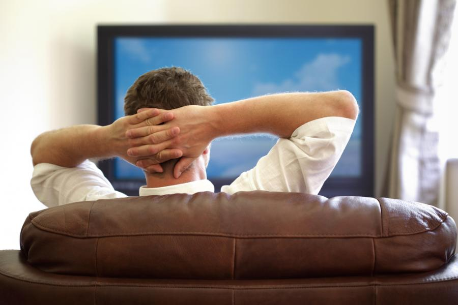 Mężczyzna przed telewizorem - zdjęcie ilustracyjne