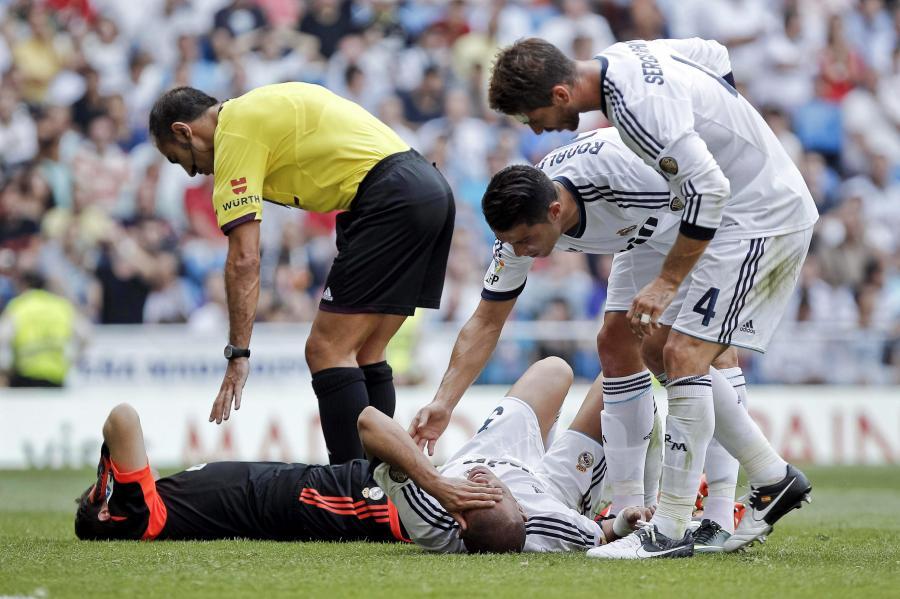 Pepe leży na murawie po zderzeniu z Ikerem Casillasem