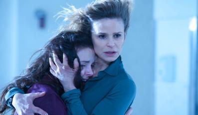 "Kyra Sedgwick i Natasha Calis w filmie ""Kronika opętania"""