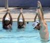 Michael Phelps uczy pływać dzieci ze slumsów w Rio de Janeiro