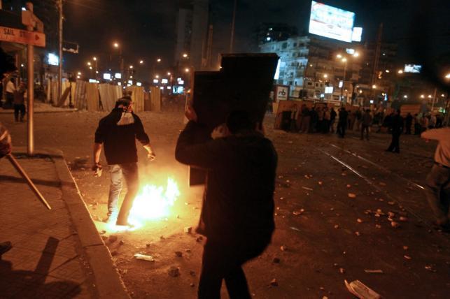 Zamieszki na ulicach Kairu. Naprzeciwko siebie zwolennicy i przeciwnicy prezydenta