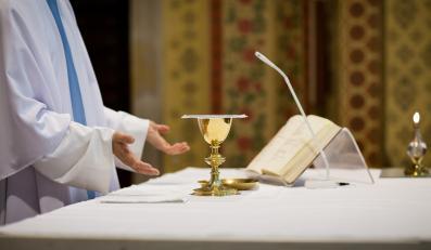 Ksiądz odprawia mszę