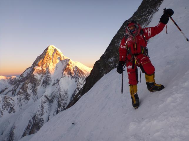 Wyprawa na Broad Peak - Adam Bielecki na tle K2