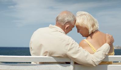 Para seniorów na plaży