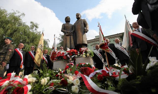 Pierwszy pomnik Kaczyńskich odsłonięty. Zobacz ZDJĘCIA z uroczystości