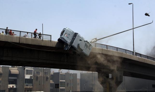 Śmierć na ZDJĘCIACH. Demonstranci zepchnęli samochód z mostu