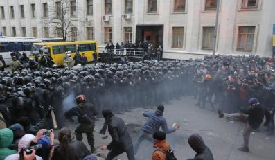 Starcia demonstrantów z funkcjonariuszami w Kijowie