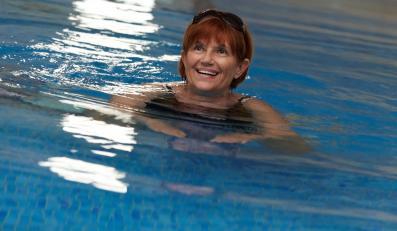 Kobieta pływa w basenie