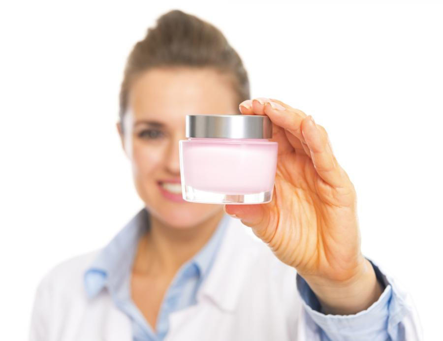 Kosmetolog z opakowaniem kremu