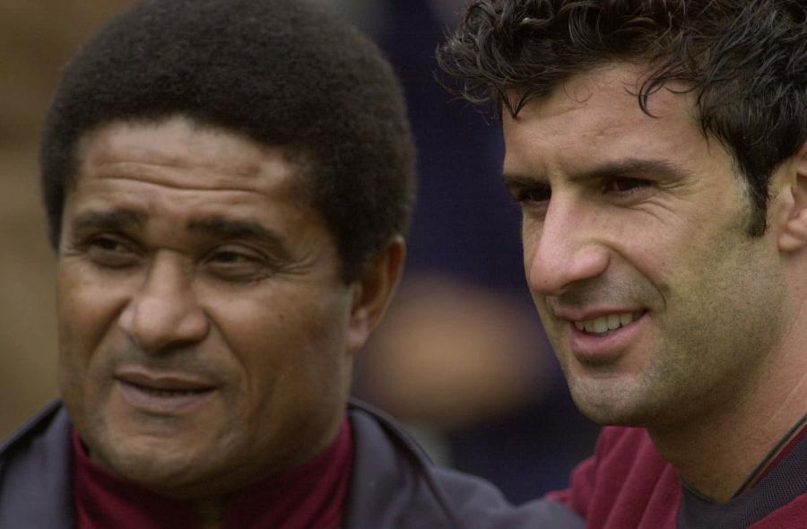 14 czerwca 2000 roku. Jak reprezentant Portugalii z reprezentantem Portugalii. Eusebio i Figo na treningu