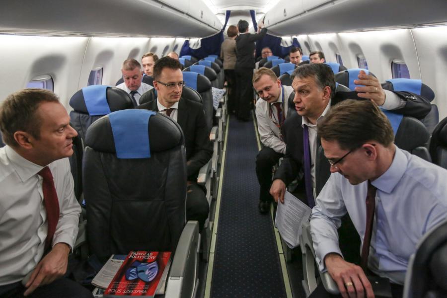 Donald Tusk i Wiktor Orban rozmawiają na pokładzie samolotu lecącego do Brukseli