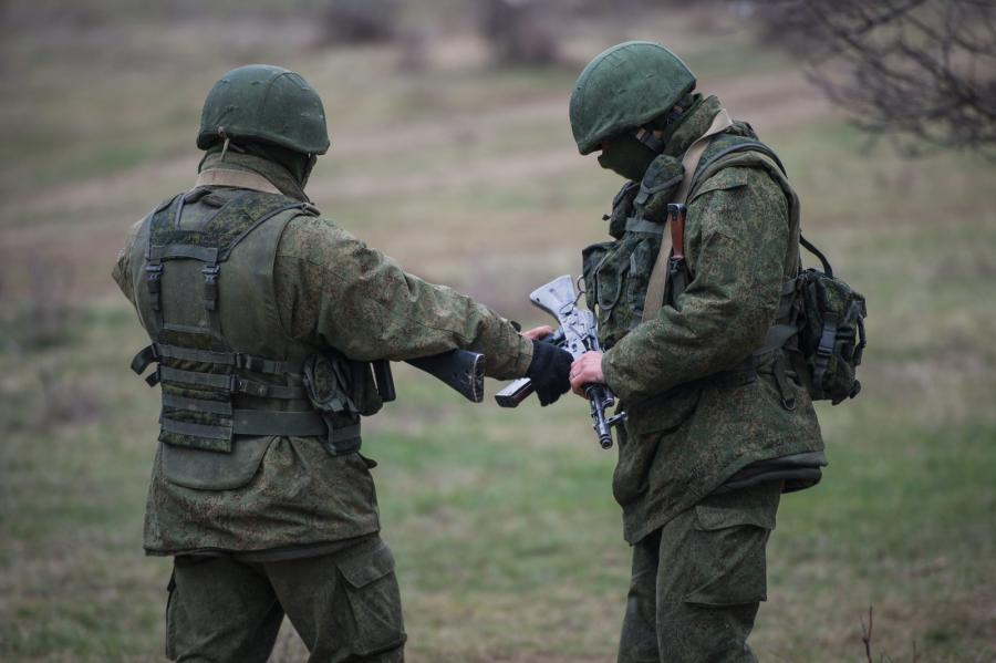 Uzbrojeni żołnierze widziani niedaleko ukraińskiej bazy pod Symferopolem