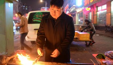 """""""Kim Dzong Un"""" sprzedaje kebab w Chinach"""