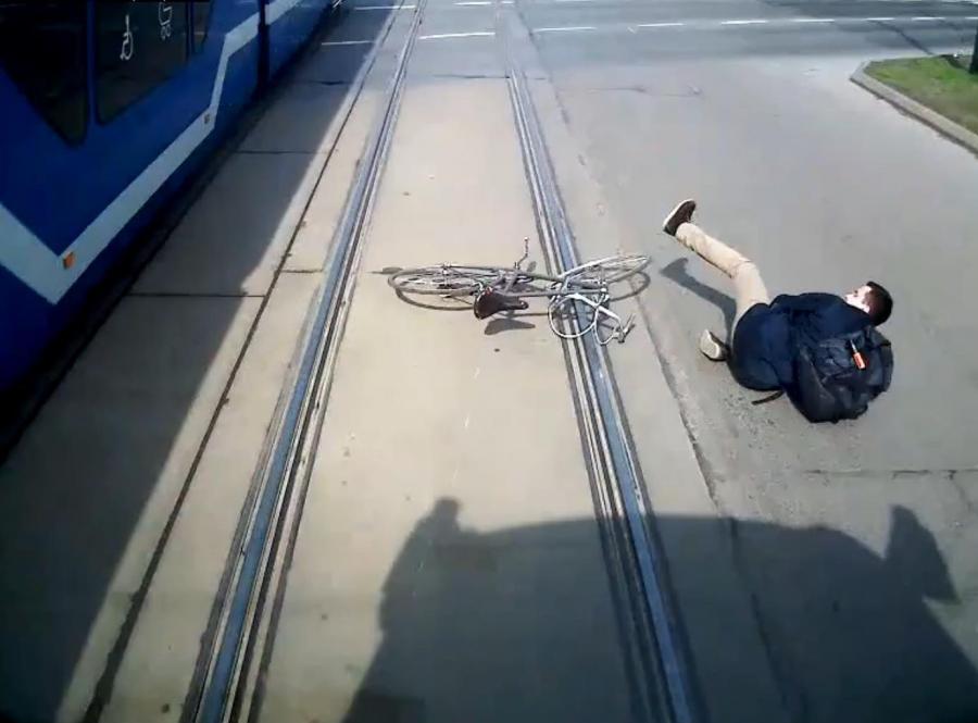 Bezmyślny rowerzysta w Krakowie prawie wpadł pod tramwaj