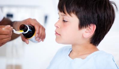 Dziecko dostaje lekarstwo