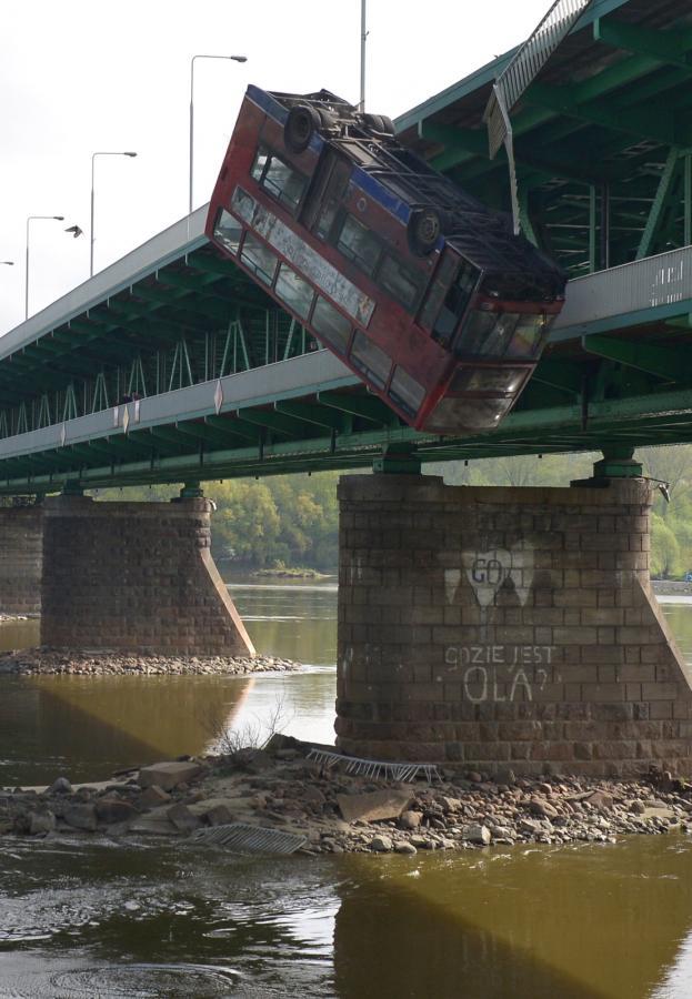 W świąteczny poniedziałek filmowcy z Bollywood kręcili spektakularny pościg i upadek z mostu do rzeki.