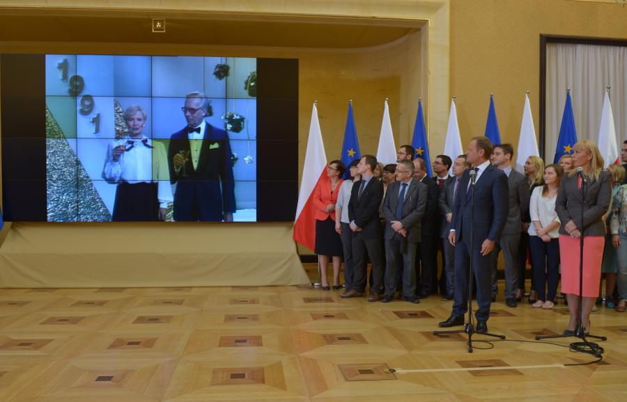Premier Donald Tusk oraz wicepremier Elżbieta Bieńkowska podczas prezentacji spotu