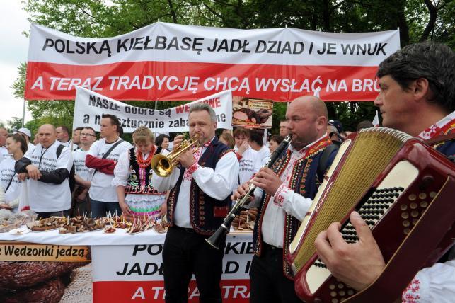 Protest producentów wędzonych wędlin przed Sejmem