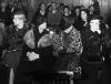 Proces członków rodziny przestępczej pary oskarżonych o pomaganie Bonnie i Clyde'owi (zdjęcie wykonane 22 lutego 1935 roku). Od lewej: Audrey Fay Barrow; Cumie Barrow, matka Clyde'a; Blanche Barrow, wdowa brata Clyde'a - Bucka - i Mary O'Dare