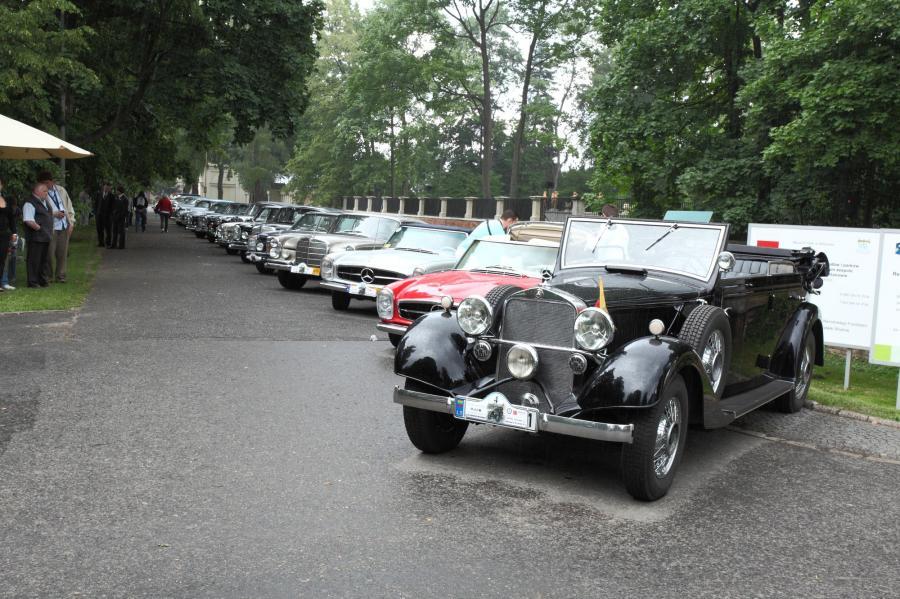 Klasyczne Mercedesy na Starym Rynku w Poznaniu
