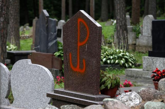 Zdewastowane nagrobki na mizarze - muzułmańskim cmentarzu w Kruszynianach