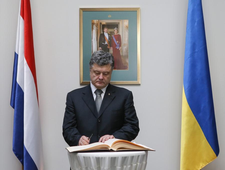 Prezydent Petro Poroszenko wpisujący się do ksiegi kondolencyjnej