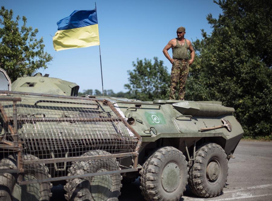 Ukraiński żołnierz w punkcie kontrolnym na wschodzie Ukrainy