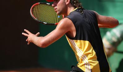 Mężczyzna gra w tenisa
