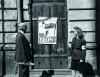 Sierpień, Janina Marisówna-Tomiak z ojcem Adamem Tomiakiem przy ulicy Muranowskiej (fot. Edward Tomiak/Muzeum Powstania Warszawskiego)