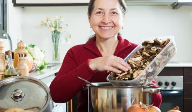 Kobieta przygoowująca danie z grzybów