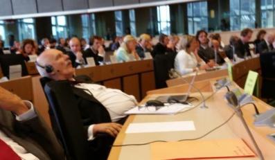 Janusz Korwin-Mikke śpi w Brukseli