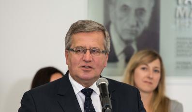 Prezydent RP Bronisław Komorowski i wnuczki Tadeusza Mazowieckiego, podczas odsłonięcia tablicy pamiątkowej