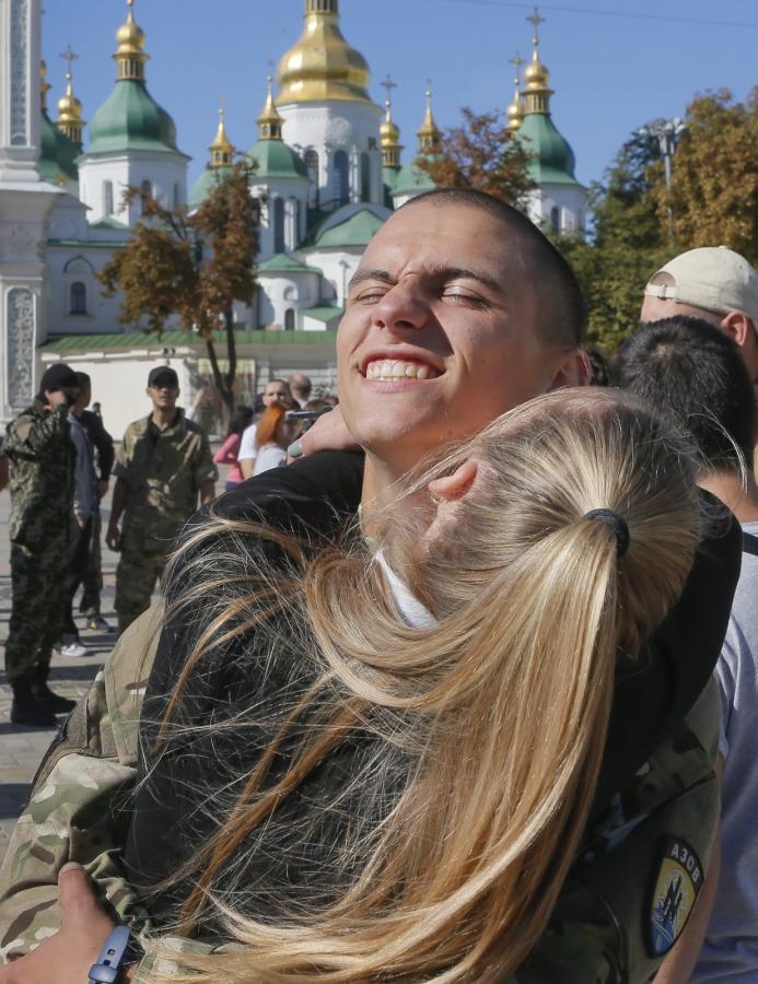 Rodzina i przyjaciele witają powracających ze wschodniej Ukrainy ochotników z batalionu Azow