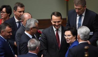 Marszałek Sejmu Radosław Sikorski przyjmuje gratulacje od premier Ewy Kopacz