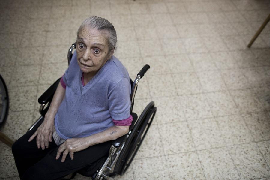 Kobieta zażywa marihuaę w ośrodku dla osób starszych w Izraelu w ramach rządowej terapii.